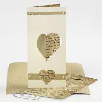 Une carte pliée en trois avec une moitié de coeur poinçonnée en utilisant la presse à découper