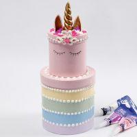 Un gâteau aux couleurs arc-en-ciel fait avec des boîtes rondes décoré avec de la pâte Silk Clay Creamy