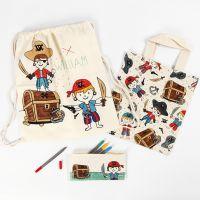 Une trousse, un sac à provisions et un sac à chaussures pirate décorés avec des feutres textiles
