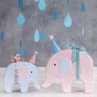 Un éléphant décoré avec de la peinture acrylique et un petit chapeau de fête
