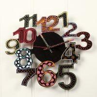 Une horloge murale décorée avec de la peinture acrylique