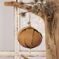 Une boule de Noël en bandes de papier étoiles imitation cuir