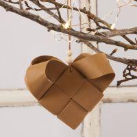 Un panier de Noël en forme de coeur, tressé avec du papier imitation cuir