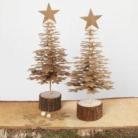 Des sapins de Noël poinçonnés dans du papier imitation cuir