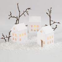 Des maisons illuminées avec des bougies chauffe-plat à LED