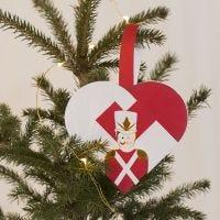 Un panier de Noël tressé en forme de coeur avec des motifs de casse-noisette