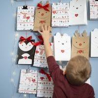 Un calendrier de l'Avent faits avec des sacs en papier en forme des animaux de l'Arctique