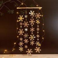 Une décoration à suspendre avec des flocons de neige en papier imitation cuir