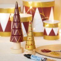 Sapins de Noël en bois décorés avec de la peinture acrylique des des feutres Plus Color