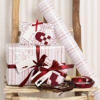 Papier cadeau rouge et blanc decoré de motifs de Noël faits en perles à repasser Nabbi