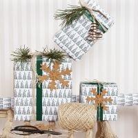 Emballage cadeau de Noël avec un motif de sapin de Noël et de décorations en papier simili cuir