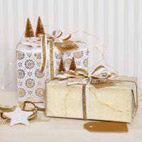 Emballage cadeau de Noël doré avec des décorationsà paillettes