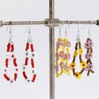 Des boucles d'oreilles avec des fleurs en perles de rocaille