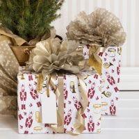 Emballage cadeau de Noël avec un pompon en papier de soie