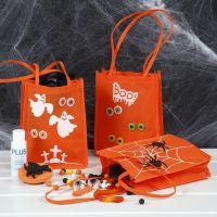 Un sac Des Bonbons ou un Sort décoré avec de la peinture acrylique, des motifs tamponnés et des autocollants yeux