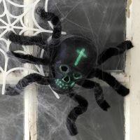 Une araignée faite avec un crâne et des fils chenille comme décoration d'Halloween