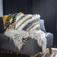 Un coussin Rya en fil textile
