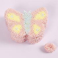 Une forme de papillon décorée avec de la pâte Pearl Clay
