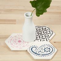 Des carreaux en terre cuite décorés à l'aide d'un pochoir de motifs ethiques