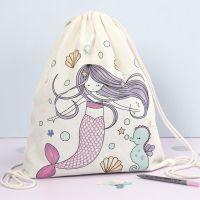 Un sac à cordons avec le dessin préimprimé d'une sirène décoré avec des feutres textile et des sequins