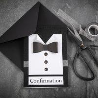 Une invitation noire/blanche avec une chemise & un noeud papillon fait avec du papier texturé et avec des boutons en pierres de strass