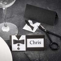 Un marque-place pour la célébration d'une première communion, avec une chemise et un noeud papillon faits avec du papier texturé