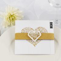 Un menu de mariage fait avec du papier design doré à paillette et un autocollant à secouer