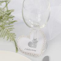 Un coeur en papier cartonné avec une bordure en filigrane utilisée en guise de marque-place