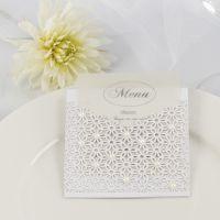 Un menu de mariage à l'intérieur d'une pochette faite avec du papier cartonné & du papier cartonné au motif de dentelle décorés de demi-perles