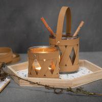 Un bougeoir et un pot de stockage décorés avec des bandes de tressage en papier imitation cuir
