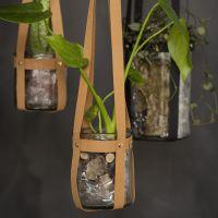 Un bougeoir à suspendre fait avec des bandes de tressage en papier imitation cuir et des rivets