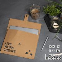 Un sac en papier imitation cuir décoré avec des décalcomanies