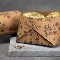 Une corbeille en papier imitation cuir assemblé à l'aide de rivets