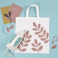 Un sac à provisions décoré de motifs de branches d'épinette en film à repasser