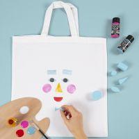 Un sac à provision avec le dessin d'un visage tamponné dessus