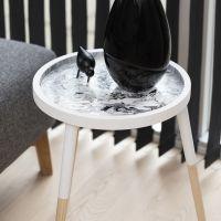 Technique de la peinture fluide sur une table plateau en bois faite avec du Pouring-Fluid