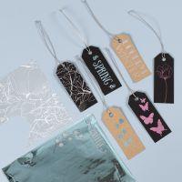 Des étiquettes cadeaux décorées avec du film décoratif et des dessins en film adhésif
