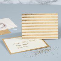 Une carte de voeux nacrée décorée avec des bandes de film décoratif doré