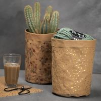 Un sac fait avec du papier imitation cuir à motifs