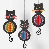 Des décorations de chats en papier cartonné à suspendre avec des ventres colorés et des queues en fil chenille