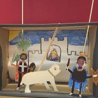 Un théâtre de marionnettes dans une boîte à chaussures