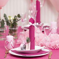 Des décorations de table rouge clair avec des fleurs en papier, des ballons, des serviettes pliées en forme de tours et des marque-places