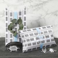Des boîtes cadeaux à plier décorées avec du ruban bleu, un anneau métallique et des décorations du monde marin découpées dans du papier cartonné