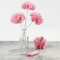 Des fleurs de papier textile sur du fil bonsaï