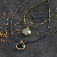Un collier en perles de rocaille décoré d'une pierre semi-précieuse en pendentif