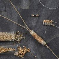 Un tube en perles de rocaille en guise de pendentif pour un collier