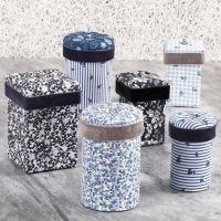 Des boîtes en papier mâché décorées avec du tissu de découpage