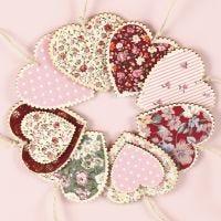 Des coeurs en bois à suspendre, décorés de découpage textile