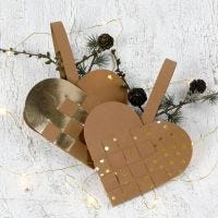 Un panier de Noël tressé, en forme de coeur, fait avec du papier imitation cuir