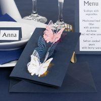Une invitation décorée de papillons poinçonnés et de film décoratif